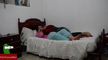 vistiendose cama en Japanese mother son love